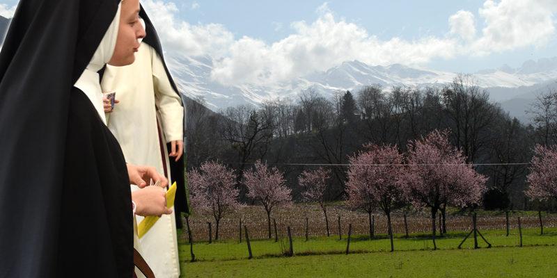 Les moniales de Lourdes au pied des Pyrénées